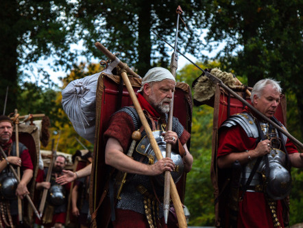 Roman legionaries with marching packs | © Patrick Beier